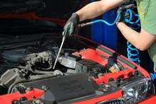 Mechanik Czyści Sprężonym Powietrzem Silnik Samochodu.