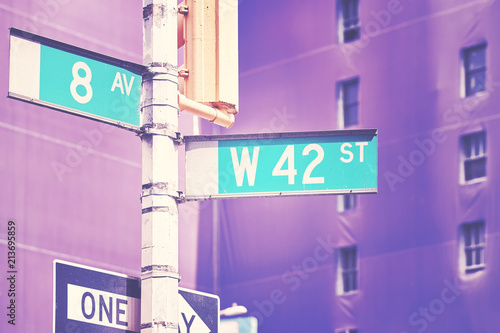 In de dag New York City Manhattan West 42 Street and 8th Avenue street name signs, color stylized picture, New York City, USA.