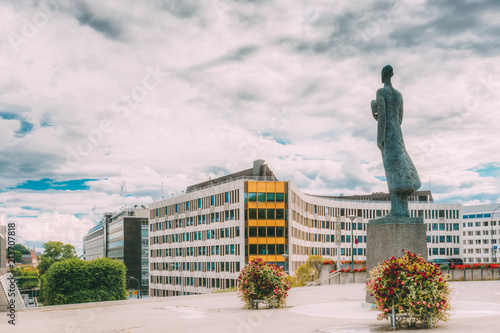 Foto op Plexiglas Historisch mon. Statue Of King Haakon VII Of Norway In Oslo, Norway.