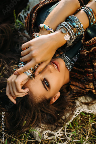 Montage in der Fensternische Gypsy attractive bohemian girl