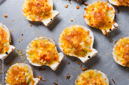 Canvastavla oven baked scallop with cheese, bell pepper and herbs