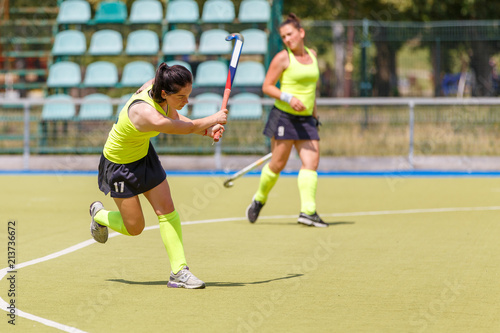 Fotografía  Young hockey player hit the ball in field hockey game
