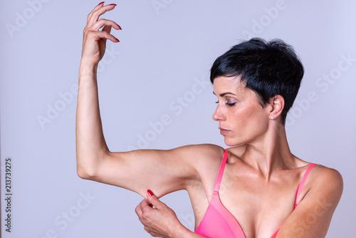 Fotografia Calm woman stretching skin on bent arm