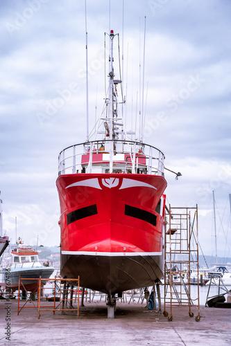 Barco pesquero en reparacion