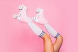 Zamyka w górę uprawy fotografii nogi w rocznika kwadrata wrotek butach odizolowywających na różowym tle - 213781894