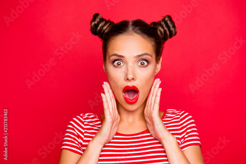 Photo Say what? Close up portrait of  shocked brunette girl with wide open mouth and b