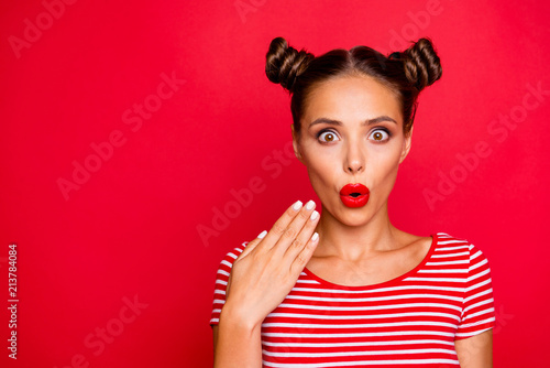 Photo Portrait of shocked impressed woman with unexpected reaction gesturing palm look