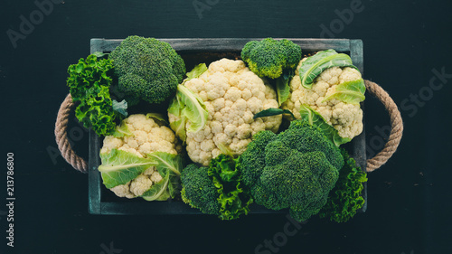 Stickers pour porte Bruxelles Cauliflower and broccoli in a wooden box. Fresh vegetables. On a wooden background. Top view. Copy space.