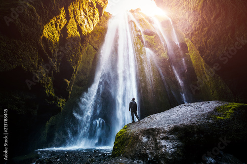 Doskonały widok na słynny wodospad Gljufrabui w słońcu.