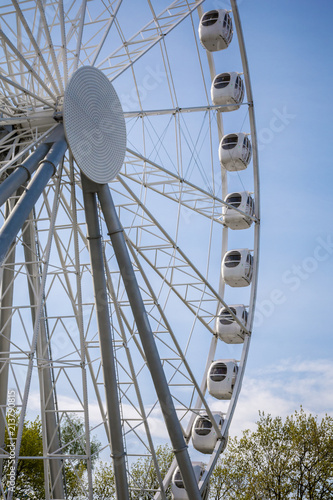 Foto  Ferris wheel in the city park of attractions