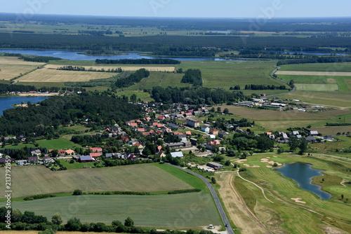 Tuinposter Khaki Krugsdorf mit Golfhotel und Kiessee