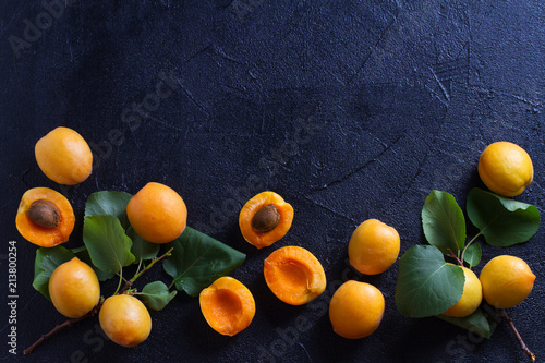 Foto Apricots on black background, close-up