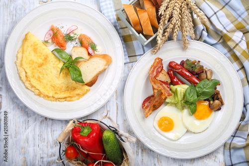 Foto op Plexiglas Gebakken Eieren омлет и яичница с семгой,беконом,грибами и сосисками