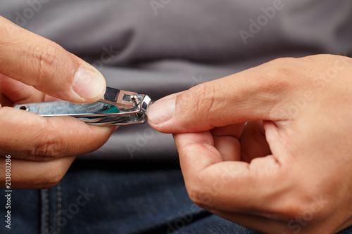 Obraz Man cutting nails - fototapety do salonu