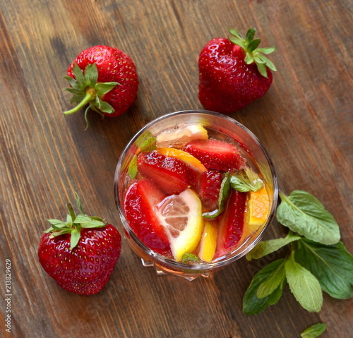 Fotografía Refreshing summer drink with strawberries and  citrus, top view