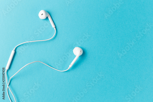 Fotografia  Flat lay concept: headphones on pastel backgrounds