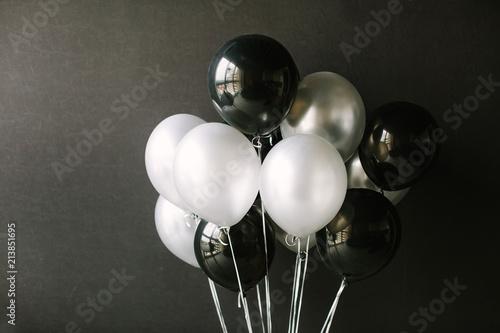czarno-biale-balony-na-ciemnym-czarnym-tle