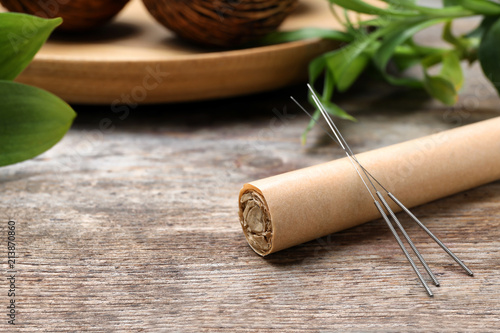 Moxa stick with needles for acupuncture on wooden table Canvas-taulu