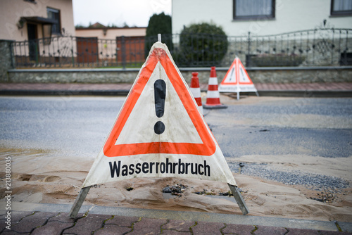 Fotografia, Obraz  Wasserrohrbruch im Wohngebiet