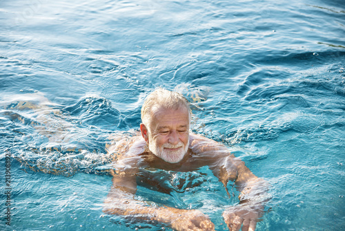 Photo  Mature man in a swimming pool
