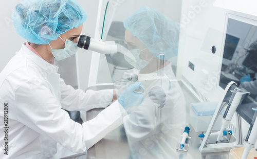 Fotografia Doctor or scientist working on biotech experiment in laboratory