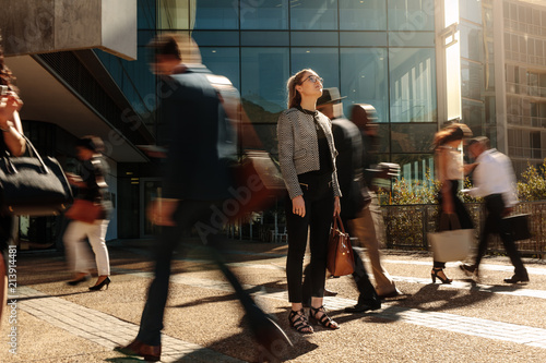 Fotografía  Businesswoman standing still on a busy street