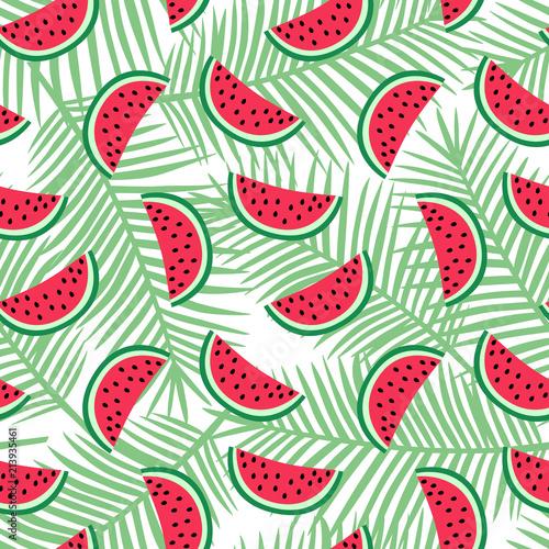 plasterek-czerwony-arbuz-na-jasnozielonej-palma-opuszcza-tlo-deseniowego-lata-egzotycznego-tropikalnej-owoc-hawaii-slodkiego-bez