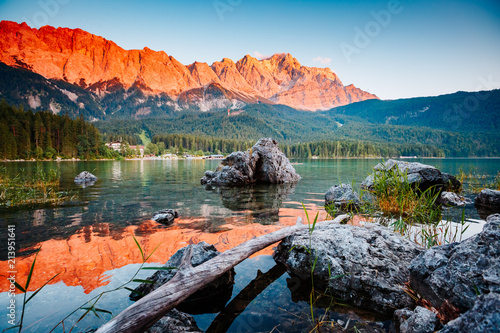 Foto auf Gartenposter Gebirge Famous lake Eibsee the best outdoor adventure vacation destinations.