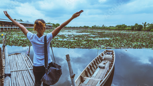 the tourist Watch the lotus in the marsh