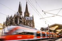 Zug Während Der Fahrt Vorm Kölner Dom