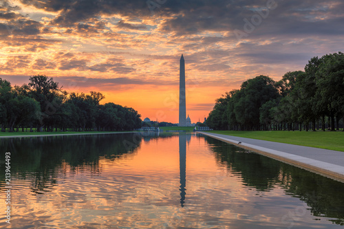 In de dag Amerikaanse Plekken Washington Monument at Sunrise from new reflecting pool by Lincoln Memorial, Washington DC, USA.