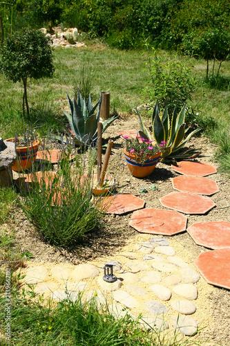 rocaille et joli jardin – kaufen Sie dieses Foto und finden ...