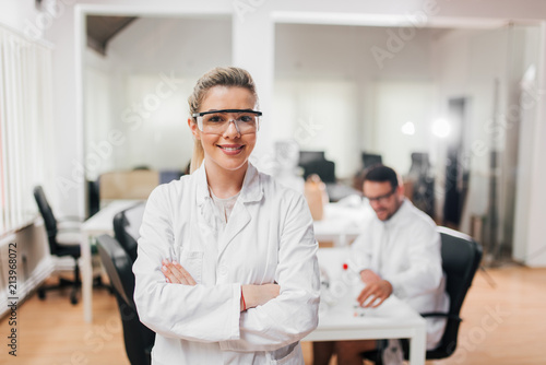 Fotografia  Portrait of female scientist in protective eyewear.