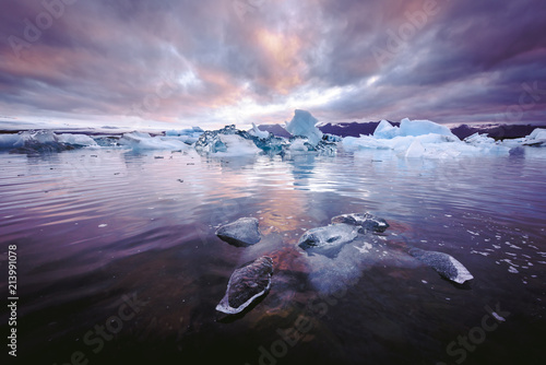 Photo sur Toile Lavende Icebergs in Jokulsarlon glacial lagoon. Vatnajokull National Park, southeast Iceland, Europe.