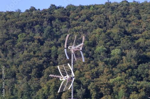 antenne televisione  con sfondo montagne alberi Canvas