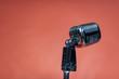 Oldschool rockabily Mikrophon vor orangem hintergrund