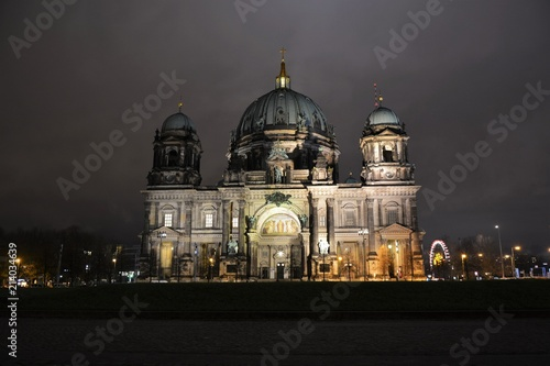 Fotobehang Volle maan The Cathedral of Berlin at night