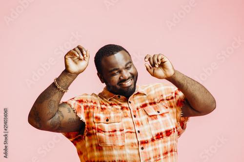 Obraz Plus size man with arms up, feeling great - fototapety do salonu
