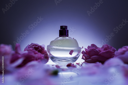 Obraz perfume and flowers - fototapety do salonu