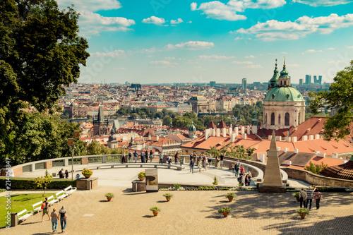 plakat Der Hartigsgarten (Hartigovská zahrada) auf der Prager Burg in Sommer in Prag, Tschechische Republik