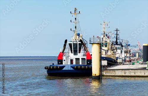 In de dag Poort Bremerhaven, Schlepperpier mit einsatzbereiten Schleppern an der Wesermündung