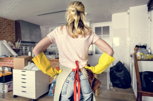 Pinturas sobre lienzo  Woman cleaning the house