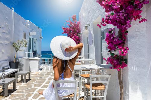 Fototapeta Elegante Frau mit weißem Sonnenhut auf Reisen genießt den Sommer auf den griechischen Inseln, Kykladen, Griechenland obraz