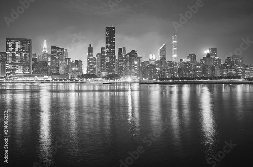 In de dag New York City Black and white picture of Manhattan at night, New York City, USA.