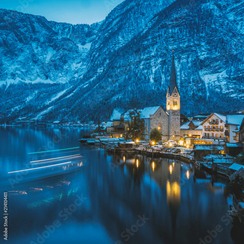 Spoed Foto op Canvas Europa Hallstatt at night with lightstripes of an arriving little ferryboat, austria