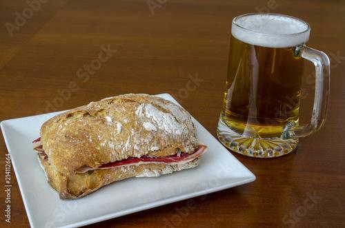 tapa tipica de España, bocciolo de jamón ibérico y jarra de cerveza