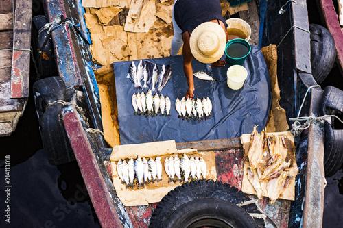 Fotografia  Arrumando a banca de pescado