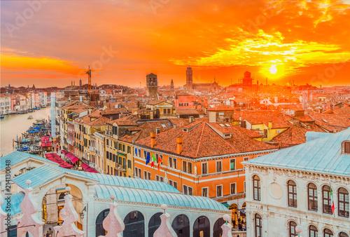 Plakat Zmierzch nad Wenecja - dachy starzy domy i światło słoneczne, Wenecja Włochy, tonujący