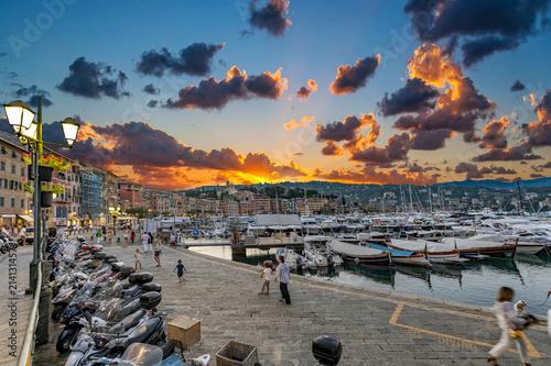 Fotografie, Obraz  Santa Margherita Ligure, panorama serale tra turisti, porticciolo e locali alla