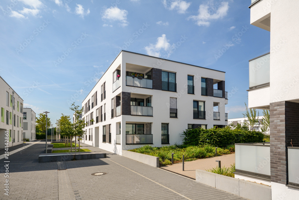 Fototapeta Moderne Neubau Immobilien, Mehrfamilienhäuser in neuer Wohnanlage in der Stadt - obraz na płótnie